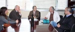 El consejero de Agricultura, Antonio Cerdá, durante la reunión con el presidente de DO Bullas, Francisco Carreño, y miembros del Consejo Regulador