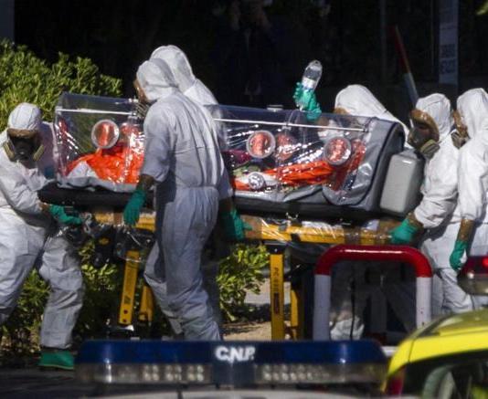 Traslado del religioso Miguel Pajares, a su llegada al hospital Carlos III donde recibió tratamiento. Fuente: ElMundo.es
