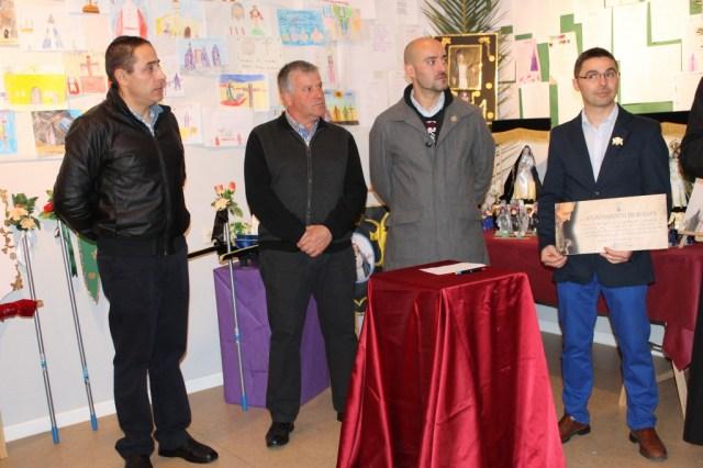 Presidentes de las cofradías con el cheque entregado por el Ayuntamiento