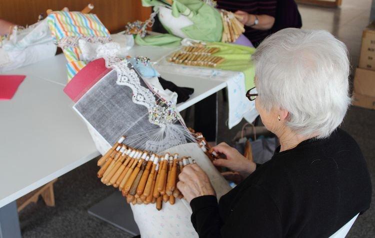 Una anciana haciendo bolillo.