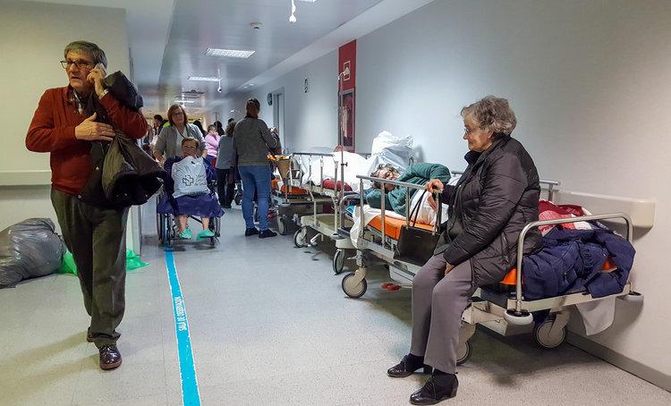 Pacientes y familiares repartidos por el pasillo de urgencias del CHUO, en la tarde de ayer