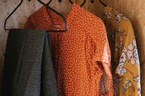 Organizar prendas por colores: armario minimalista