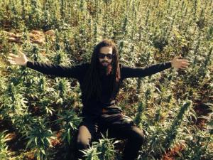 """Pree This: Keznamdi Lounges in a Ganja Field in """"10 Pound"""" Video"""