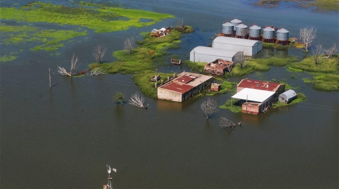 Crítica situación en Arias por el avance del agua