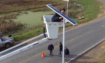 El cruce de las rutas 12 y 8, iluminado con energía solar