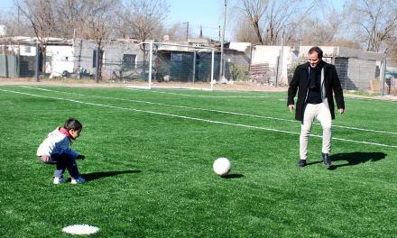 Las Delicias: el intendente Llamosas recorrió la obra de la cancha de fútbol