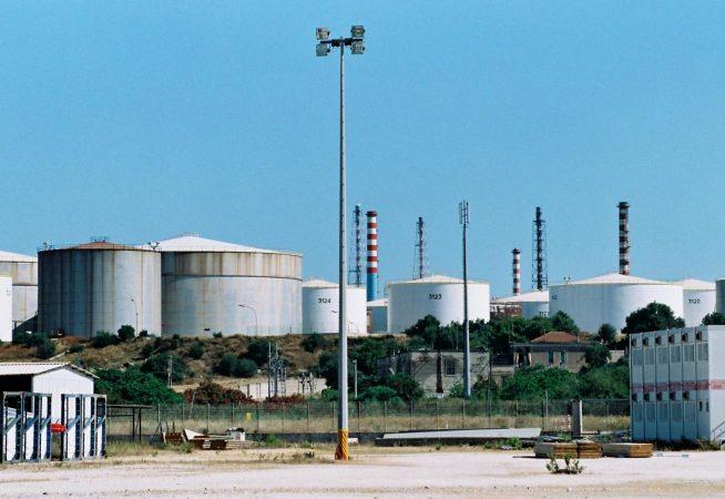 Sequestro della raffineria Eni, a Taranto scatta il panico: code ai distributori