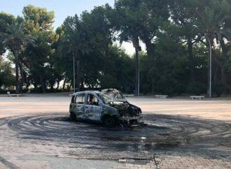 Taranto, auto in fiamme nella Villa Peripato. Ecco cosa è accaduto