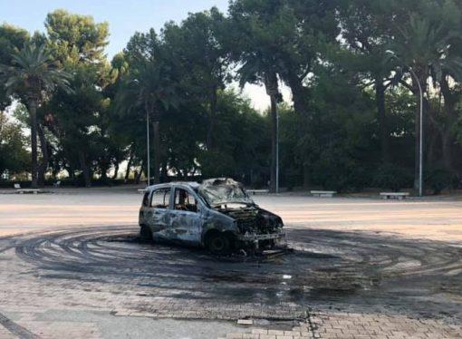 Taranto, auto bruciata nel cuore del Borgo: dentro Villa Peripato!