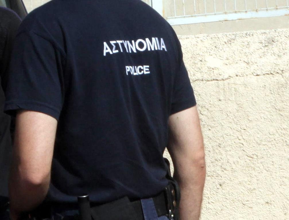 Ρομά άρπαξαν όπλο αστυνομικού