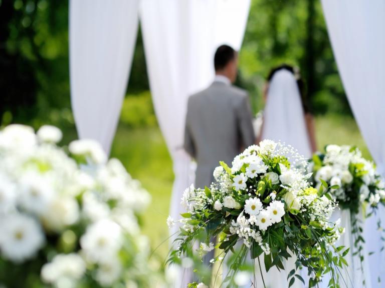 Ντύθηκε νυφούλα και πήγε στο γάμο του έραστή της. Έγινε πανικός