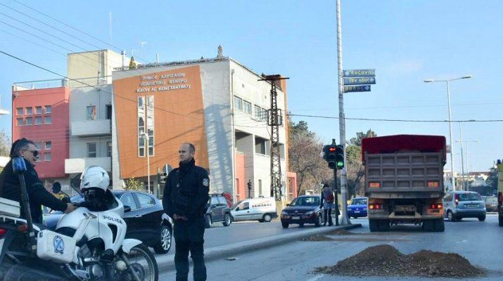 Επικίνδυνο φορτηγό στους δρόμους της Λάρισας – Με προσοχή οι οδηγοί (ΦΩΤΟ)