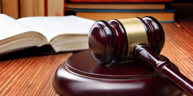 Έστειλε στο δικαστήριο δύο φορές τον ίδιο του τον αδελφό επειδή τον «έκαψε» στην «πιάτσα»!