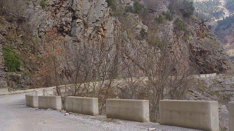 Τρόμος!… Έπεσε βράχος σε αυτοκίνητο στα ορεινά των Τρικάλων