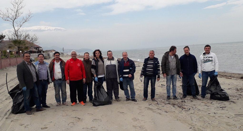 Εθελοντές μάζεψαν δυο τόνους πλαστικό από την παραλία στα Τέμπη