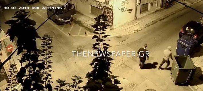 Δημοσιογράφος στον Βόλο ξυλοκοπείται στη μέση του δρόμου και οι περαστικοί... παρακολουθούν