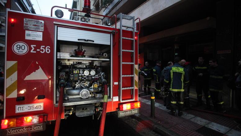 40χρονος Λαρισαίος Πυροσβέστης με αυτοθυσία έσωσε γυναίκα από το φλεγόμενο διαμέρισμά της στη Λάρισα