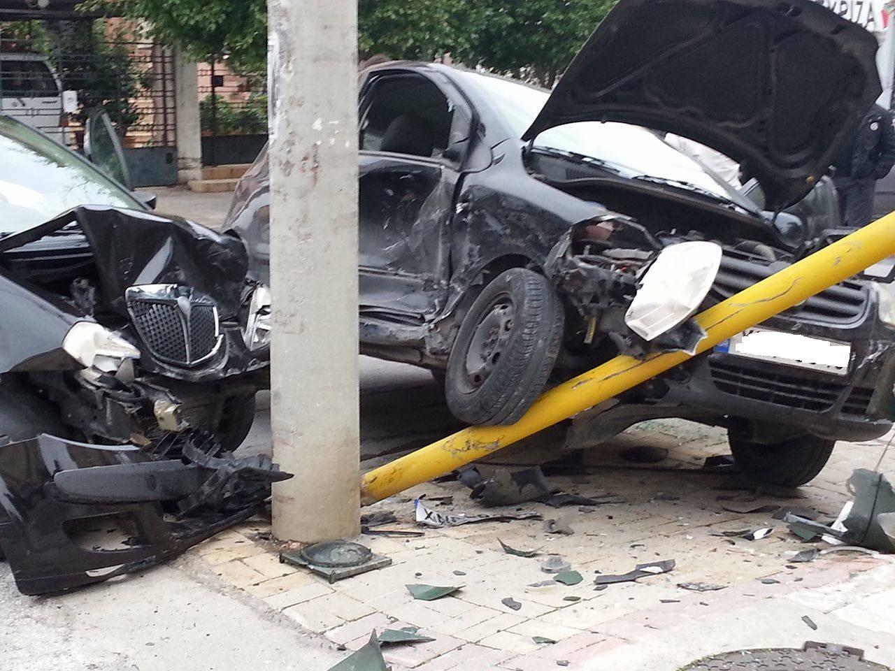 ΙΧ έπεσε σε φωτεινό σηματοδότη στη Λάρισα – Τραυματίστηκε ένα άτομο