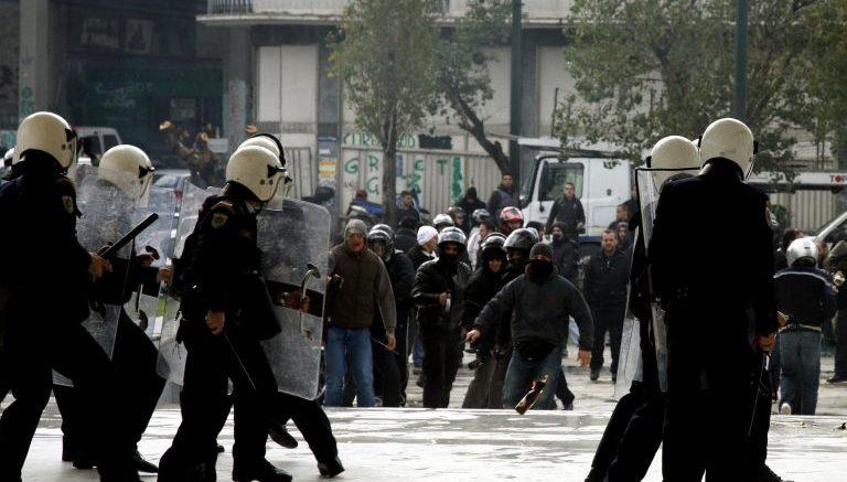 Επεισόδια μεταξύ αστυνομικών και αντιεξουσιαστών μέσα σε αίθουσα δικαστηρίου