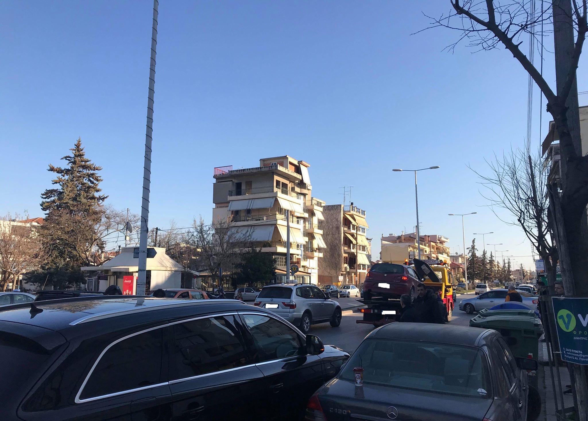 Καραμπόλα αυτοκινήτων στη Λάρισα (Φώτο)