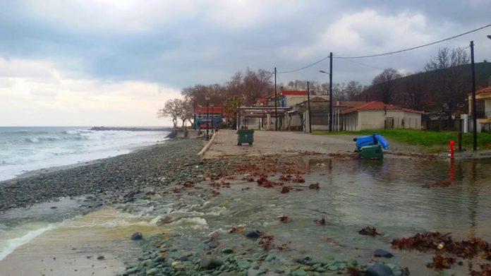 Κόπηκε στη μέση ο παραλιακός δρόμος στο Κόκκινο Νερό (φώτο)