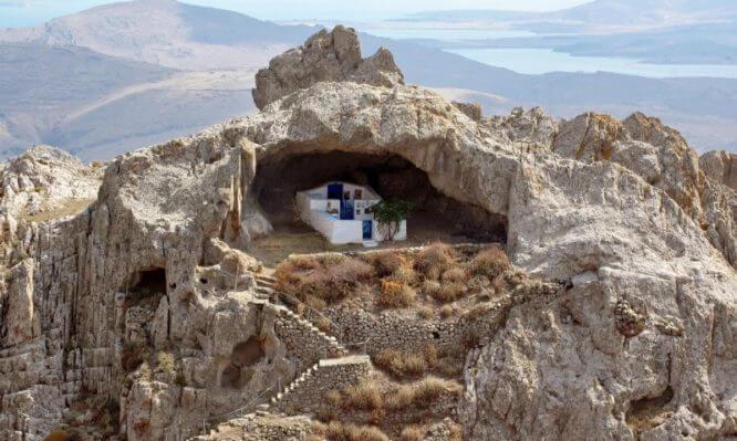 Η πιο περίεργη εκκλησία του κόσμου βρίσκεται σε ελληνικό νησί
