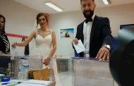 Εκλογές 2019: Ψήφισαν με νυφικό και γαμπριάτικο (Φώτο)