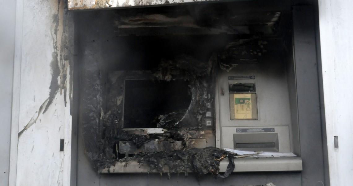 Μπαράζ επιθέσεων σε τράπεζες
