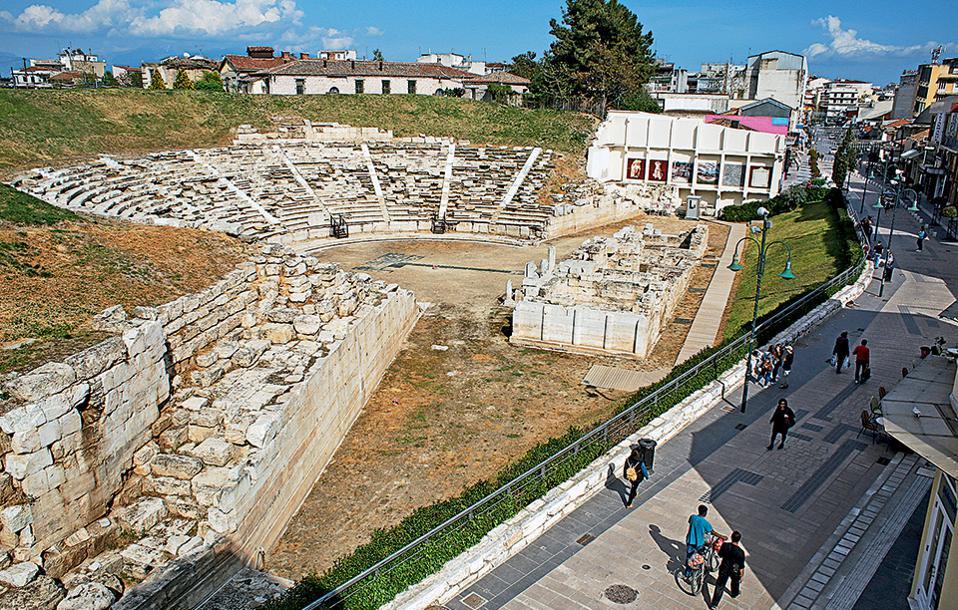 Γκρεμίζεται το πρώτο κτίριο απέναντι από το Αρχαίο Θέατρο της Λάρισας