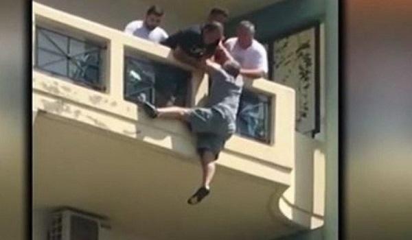 Λοχίας έσωσε τη ζωή ενός άνδρα που κρεμόταν από το μπαλκόνι του (Video)