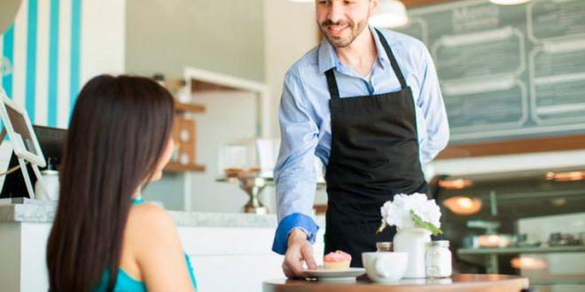 20χρονη μπήκε σε καφετέρια στη Λάρισα και με μαεστρία άδειασε τις τσέπες των σερβιτόρων