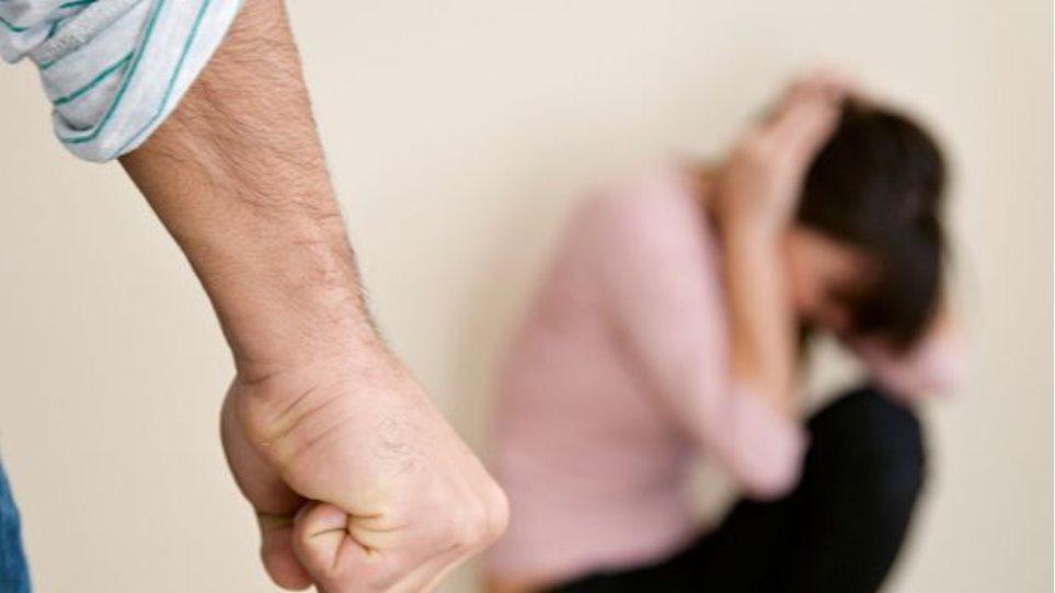 Συναγερμός: Ξυλοκόπησε τη γυναίκα του, άρπαξε τον γιο του και εξαφανίστηκε