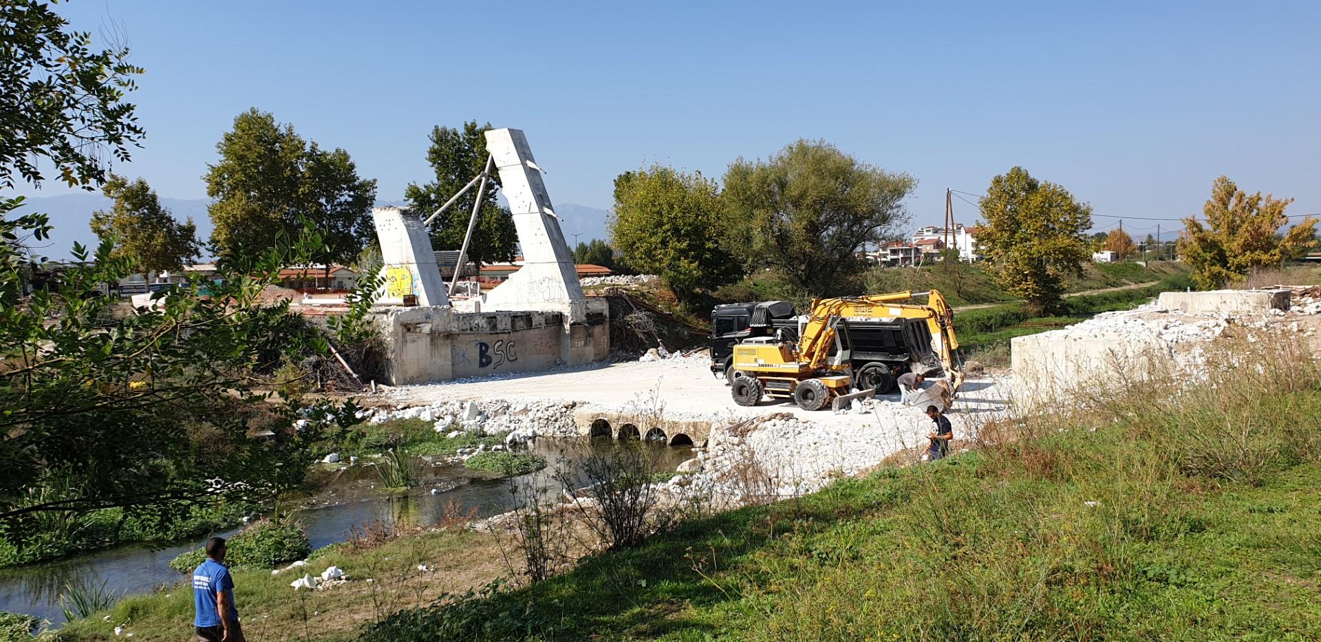 Τέλος. Κατέρρευσε η γέφυρα Καλατράβα των Τρικάλων (video)