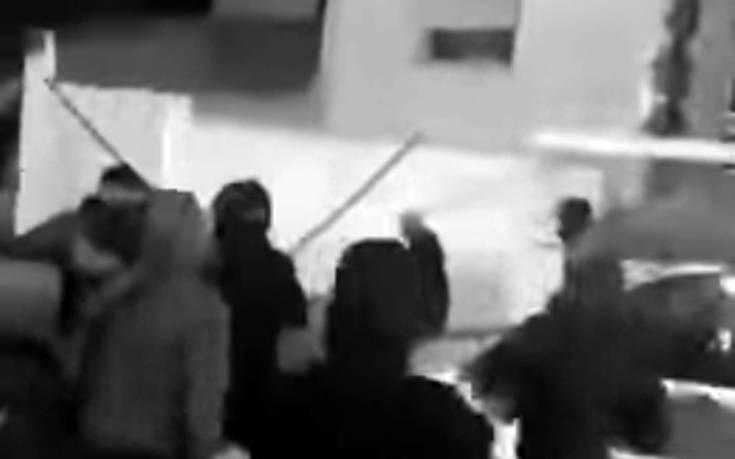 Βίντεο: Οι άγριες μάχες μεταξύ των χούλιγκαν Παναθηναϊκού και Ολυμπιακού στα Πετράλωνα