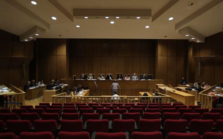 Ένταση στη δίκη της Χρυσής Αυγής: Φασιστάκι, καραγκιόζη, βλάκα