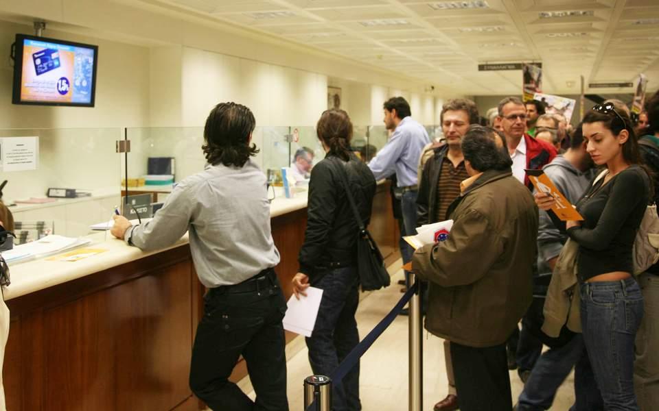 Οι τράπεζες «παγώνουν» τα σχέδια για αυξήσεις στις προμήθειες