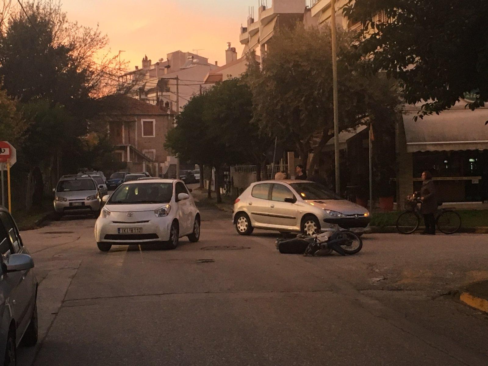 Αυτοκίνητο χτύπησε μηχανάκι σε διασταύρωση-καρμανιόλα (φώτο)