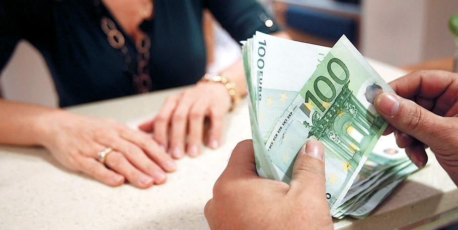 Τράπεζα χρέωσε Βολιώτη πάνω από 100 ευρώ για να πάρει … τις οικονομίες του!