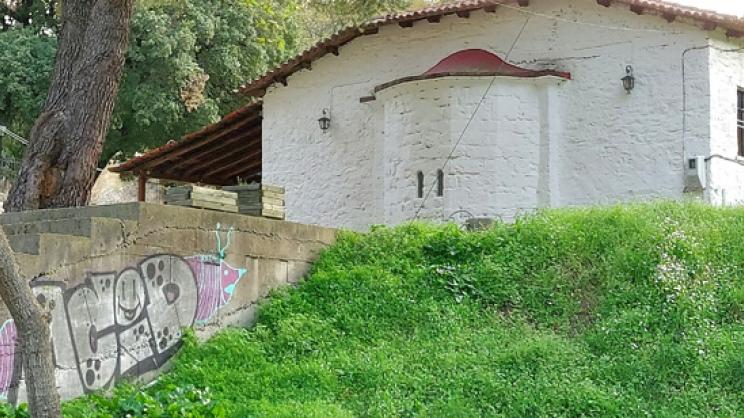Γκράφιτι στο ξωκλήσι των Αγ. Αναργύρων Αγιάς