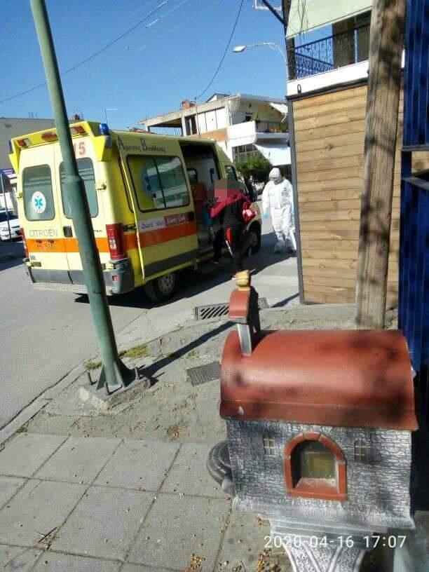 Λάρισα: Με ασθενοφόρο στην «Αρωγή» μεταφέρθηκε το άτομο που βρέθηκε θετικό στον κορωνοϊό (ΦΩΤΟ)
