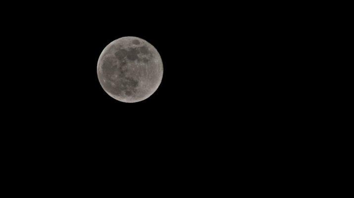Το Φεγγάρι των Λουλουδιών φώτισε και τη Λάρισα – «Μάγεψε» η τελευταία υπερπανσέληνος του έτους (ΦΩΤΟ)