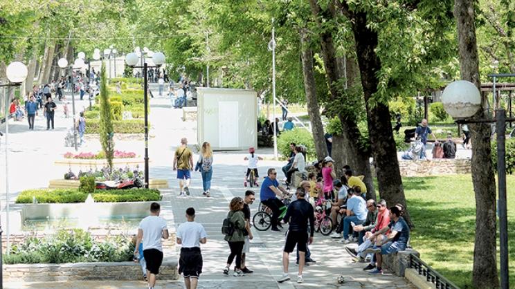 Βόλτες, ποδήλατα και καφές στο χέρι για τους Λαρισαίους