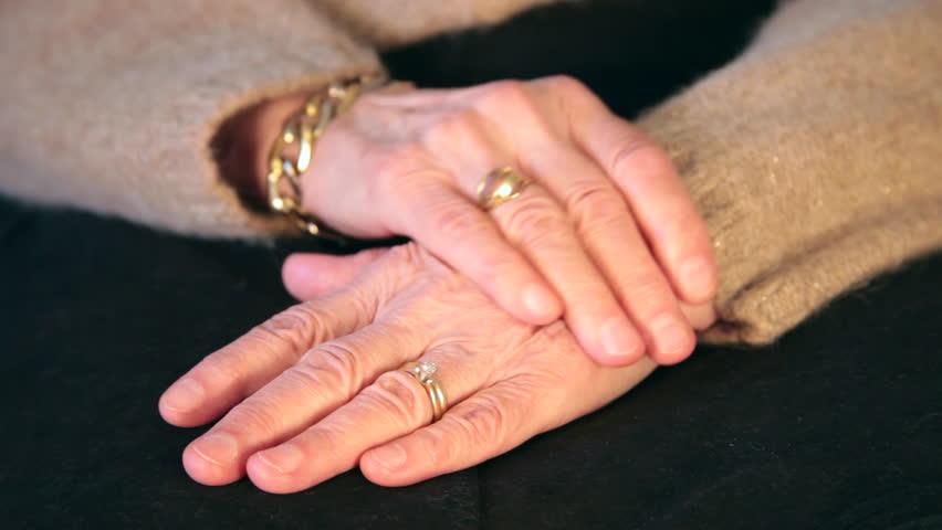 Χτύπησε 77χρονη και της άρπαξε το πορτοφόλι