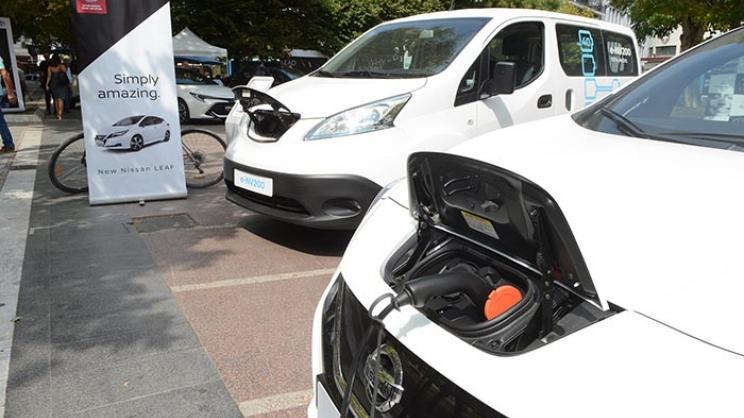 Λάρισα: Γέμισε η πλατεία ηλεκτροκίνητα οχήματα