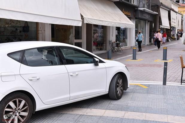 """Λάρισα: Αυτοκίνητο πήγε να ξεγελάσει τις καινούργιες μπάρες σε πεζόδρομο και βρέθηκε στον """"αέρα"""""""