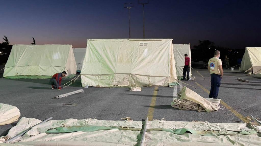 Απίστευτο: Οργισμένοι οι σεισμόπληκτοι – Τούς έστειλαν τόνους από άχρηστα ρούχα, νυφικά, ακόμα και άπλυτα εσώρουχα