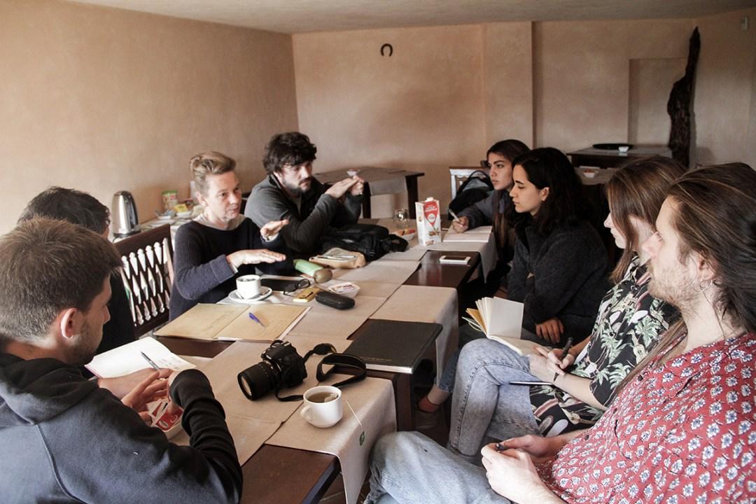 Studenti e professori della London Metropolitan University ad un tavolo