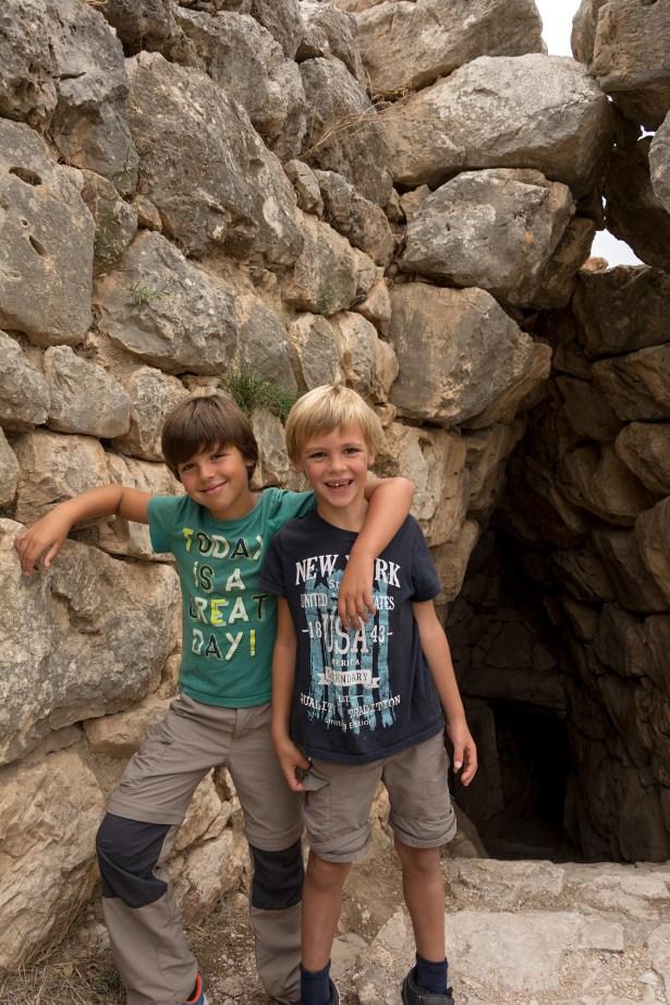 Raphaël et Antoine à l'entrée de la citerne souterraine