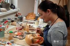 Die Endinger Fassmalerin Monika Hauser beim Fassen einer Jokililarve