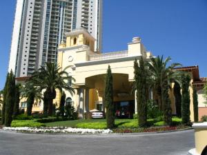 Turnberry-Place-Guard-Gated-Entrance